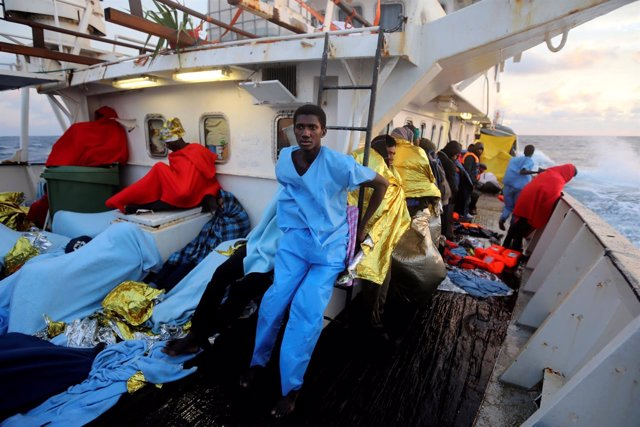 Varios pescadores en un barco de arrastre en Senegal.