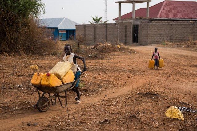 Dos niños van en busca de agua en Yuba, Sudán del Sur.