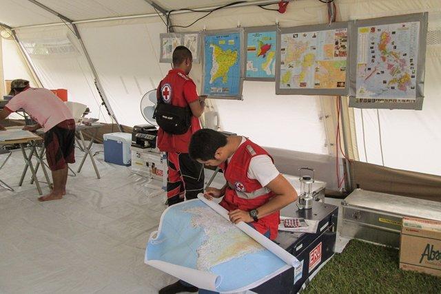Trabajadores de Cruz Roja comprueban mapas para dar ayuda humanitaria