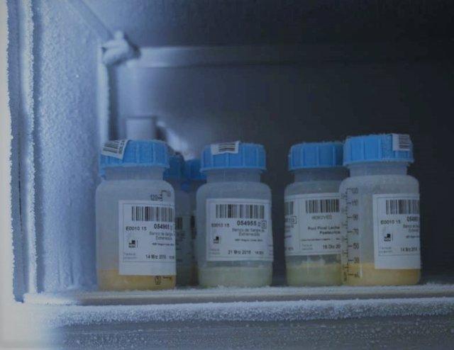 Botes con leche materna donada congelada