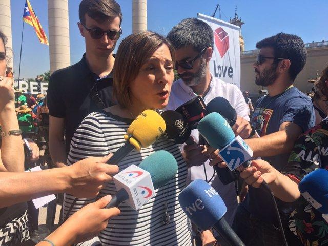 La presidenta del Parlament, Carme Forcadell, atiende a los medios en Montjuïc