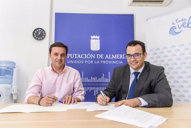 Javier A. García ha entregado la notificación de subvención a Pedro Hernández.