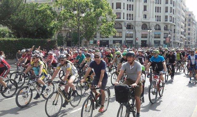 Miles de ciclistas se manifiestan piden respeto en la carretera