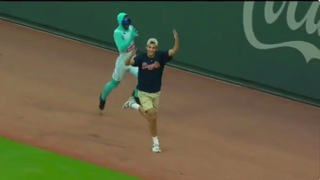 Un joven pierde una carrera contra Mr. Freeze en un partido de béisbol