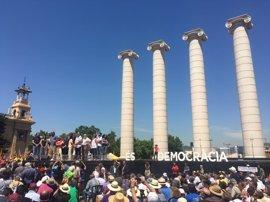Miles de personas se concentran en Barcelona en apoyo al referéndum de independencia