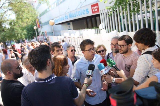 Iñigo Errejón atiende a los medios ante el Hospital de Móstoles
