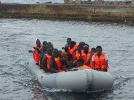 Llegan a Almería los 26 ocupantes, dos menores, de una patera que arribó a la isla de Alborán