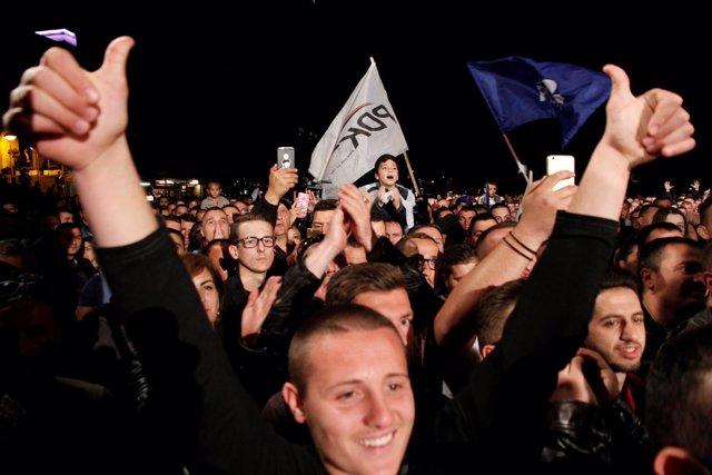 Seguidores de centro-derecha celebran resultados de las parlamentarias en Kosovo