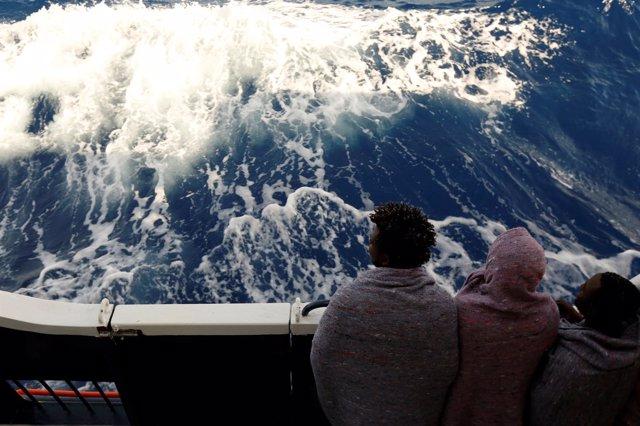 Inmigrantes rescatados en el Mediterráneo en el barco de MOAS