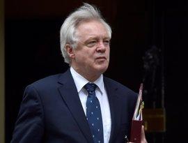 El ministro del 'Brexit' defiende a May y rechaza las críticas de Osborne