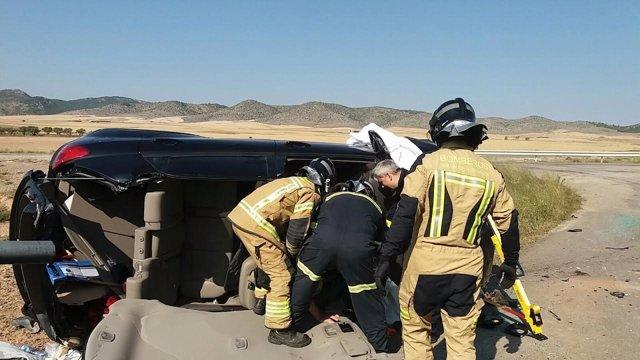 Dos heridos graves al colisionar un turismo y un camión, en A-121.