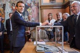 Macron, un paso más cerca de la mayoría absoluta ante la preocupación de la oposición