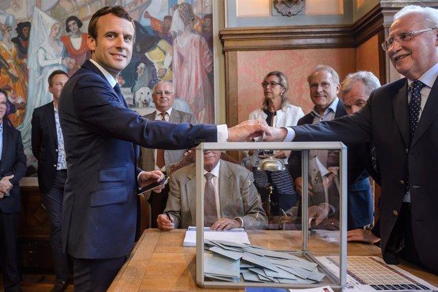 Emmanuel Macron vota en las legislativas
