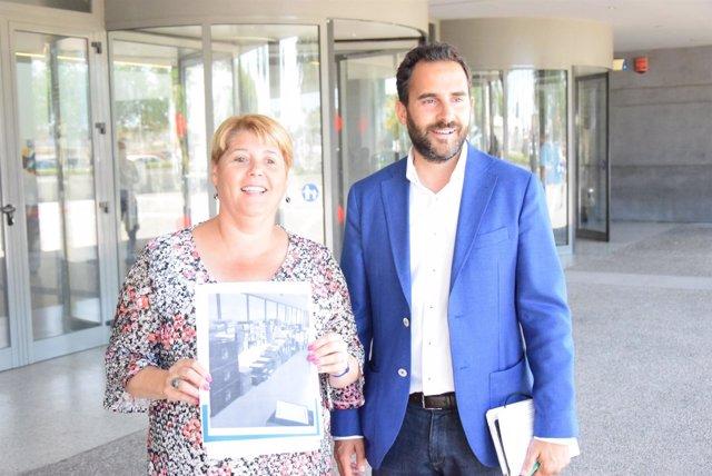 12062017 - Maria Del Carmen Moreno Y Daniel Perez En La Puerta De La Gerencia