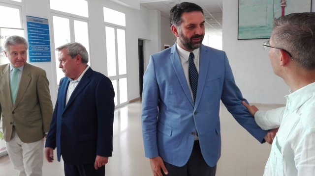 El consejero de Turismo y Deporte habla con un empresario en Córdoba