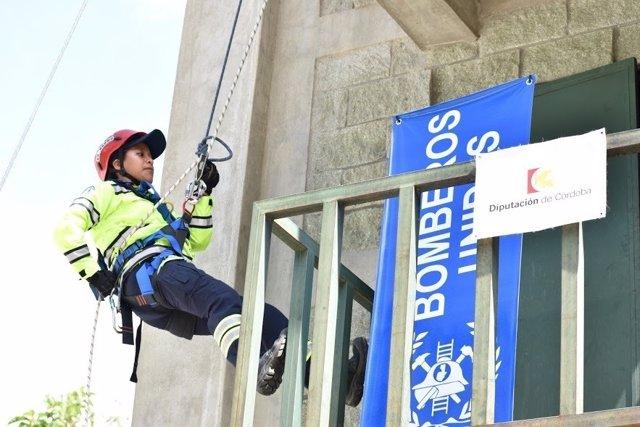 Un bombero realiza una de las actividades del curso