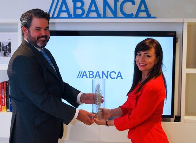 La CEO De EMO Insights Entrega A Luis Beraza El Premio Otorgado A Abanca