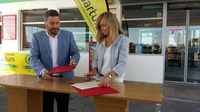 José Luis Soro y Pilar Soto han firmado el acuerdo en la estación de Cuarte