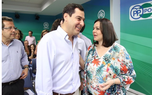 Juanma Moreno y Virgina Pérez en la sede del PP-A