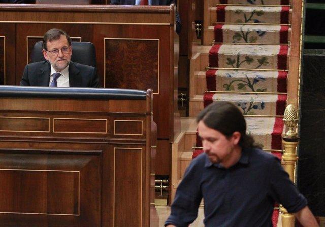 Mariano Rajoy viendo subir a la tribuna a a Pablo Iglesias