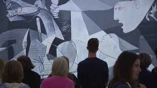 Turistas viendo el Guernica