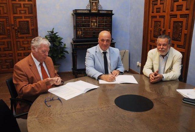 Ruiz (centro) y Cosano (izda.) durante la firma
