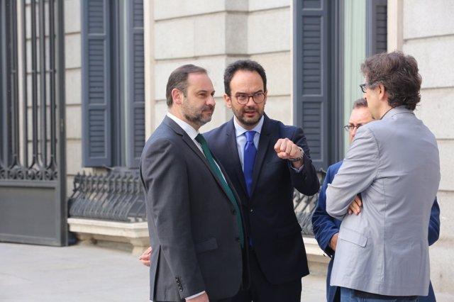 José Luis Ábalos y Antonio Hernando hablan en el Congreso