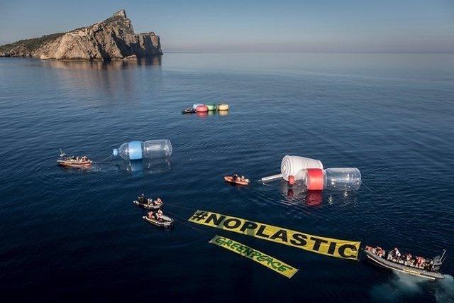 Greenpeace objetos gigantes Mediterráneo
