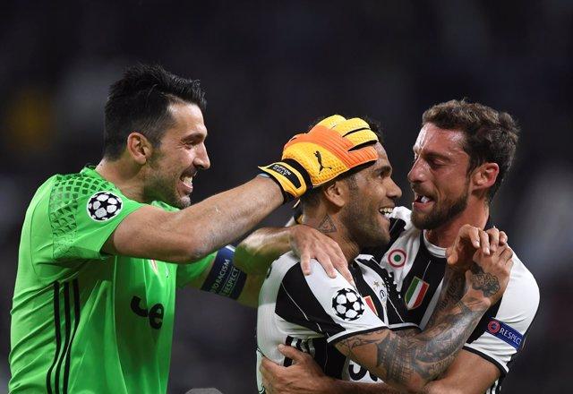 Buffon y Alves celebran un gol de la Juventus