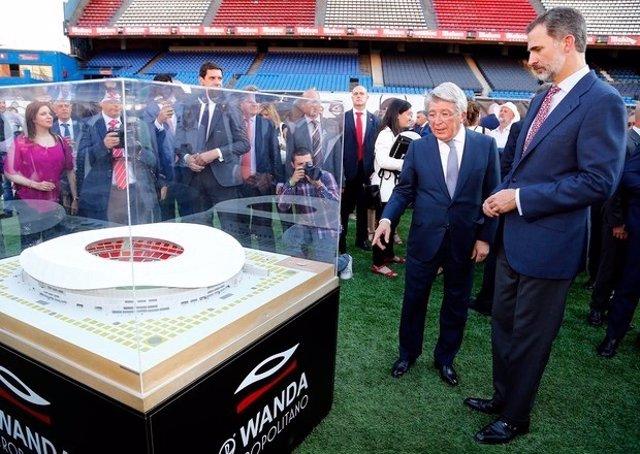 Felipe VI conversa con Enrique Cerezo ante una maqueta del Wanda Metropolitano