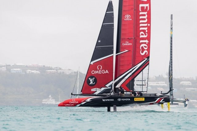 El Emirates Team New Zealand navegando en Bermuda