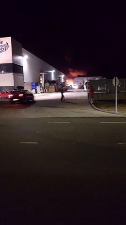 Incendio en una planta de reciclaje en Pedrajas (Valladolid)