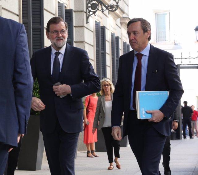 Rajoy y Rafael Hernando a su llegada al Congreso al debate de la moción