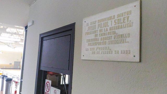 Placa conmemorativa de la inauguración del polideportivo de la Seu d'Urgell