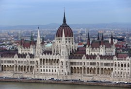 El Parlamento húngaro desafía las críticas y endurece las reglas a las ONG con fondos extranjeros