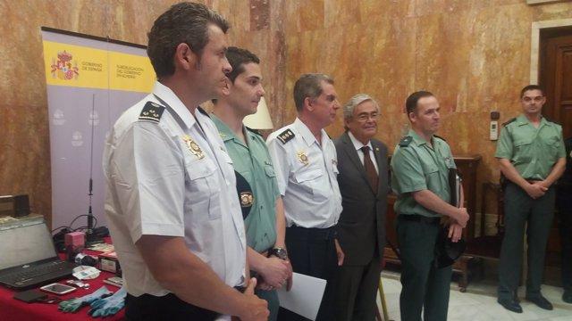 Los investigadores junto al comisario provincial y el subdelegado