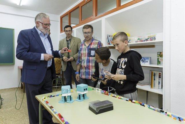 El consejero de Educación inaugura el aula de robótica del colegio Pablo Picasso