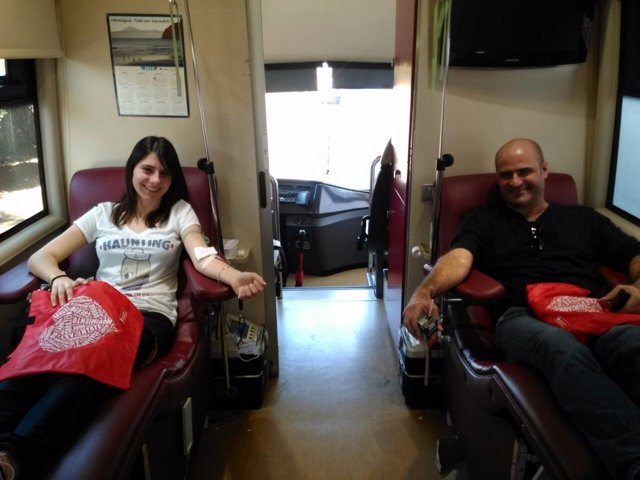 Donantes en una unidad móvil del ICHH