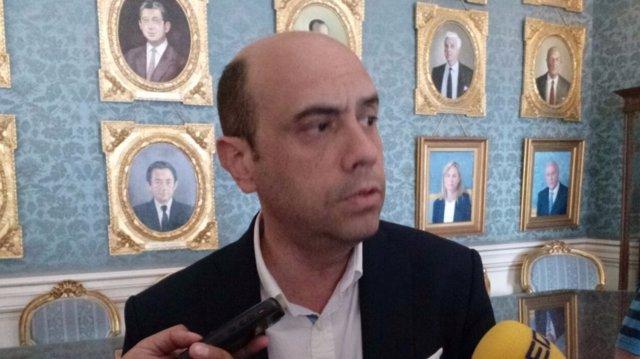 Echávarri habla ante los medios con el cuadro de Castedo a su espalda