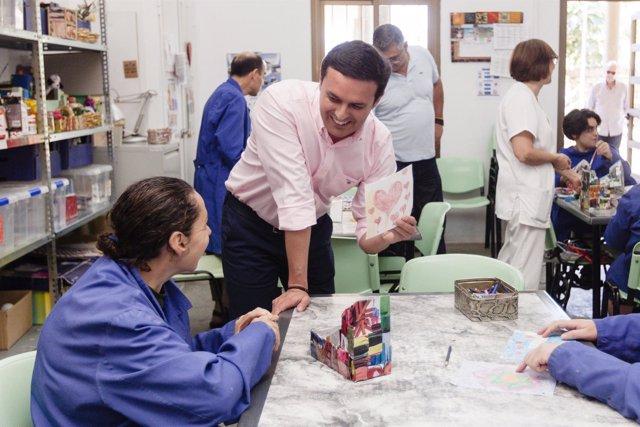 Javier Aureliano García ha visitado varios talleres de Aspapros.