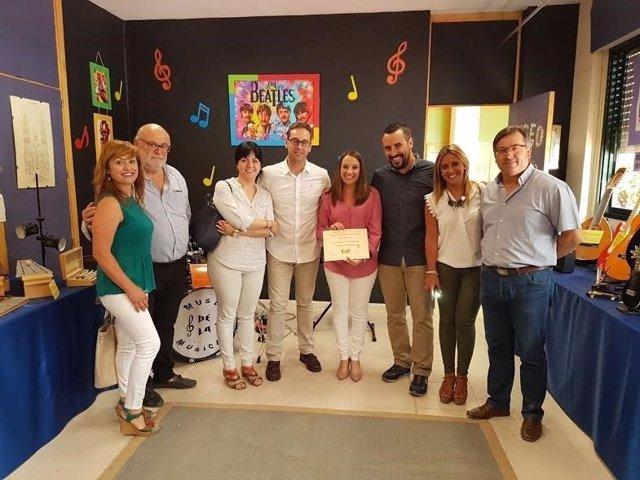 Ruiz (centro) durante su visita al centro educativo