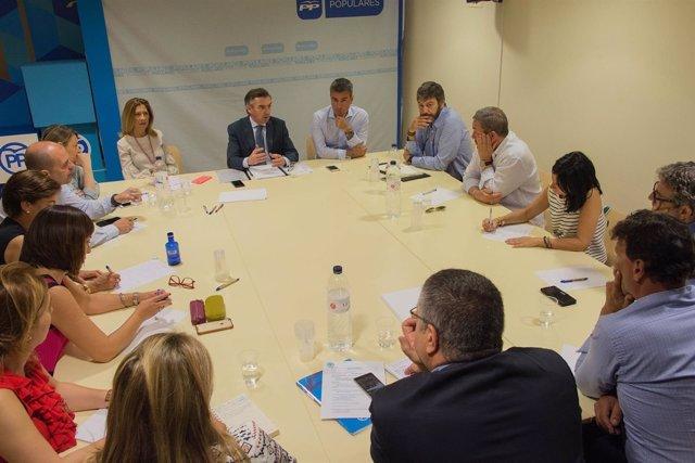 Luis María Beamonte se reúne con miembros del PP de Huesca