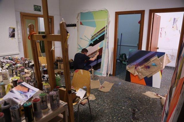 El becado de la Fundación Viana, Gonzalo Fuentes, trabaja en una obra