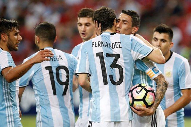Los jugadores de la selección argentina celebran el gol de Di María
