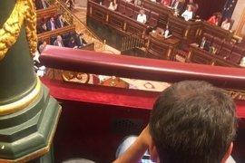 El alcalde de A Coruña, 'pillado' en el Congreso jugando con su tablet mientras hablaba Irene Montero en la moción