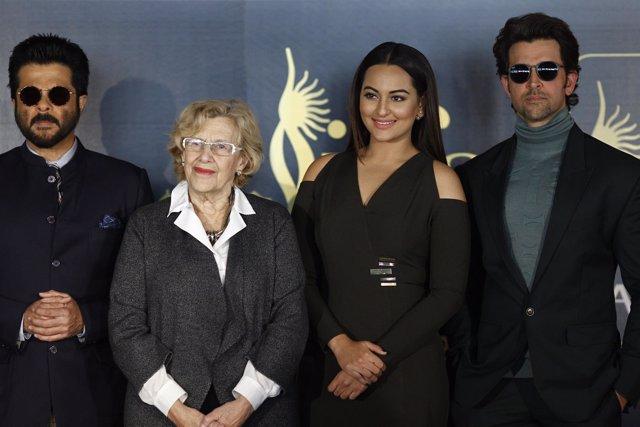 Carmena con los actores de Bollywood en la IIFA Weekend and Awards