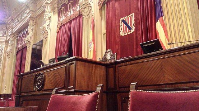 La mesa del Parlament en la sala de plenos