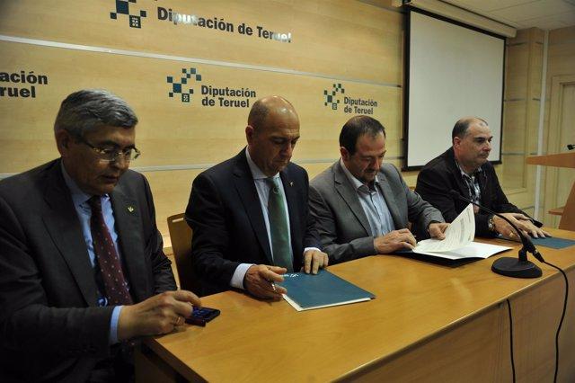 Acto de firma del convenio de la Diputación de Teruel y Caja Rural.