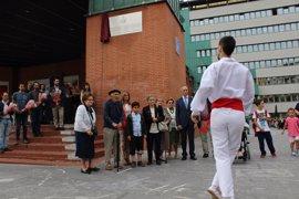 Barakaldo coloca en la Herriko Plaza una placa en homenaje a las víctimas de la Guerra Civil