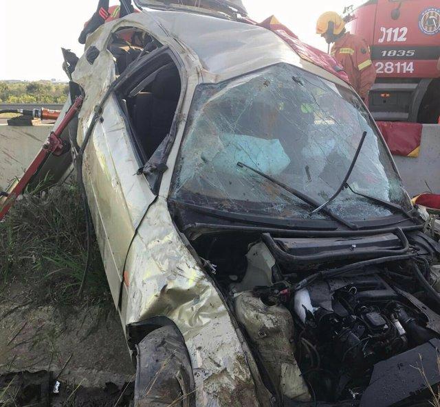 Rescatan a un hombre atrapado en un coche tras un accidente en la AP-7